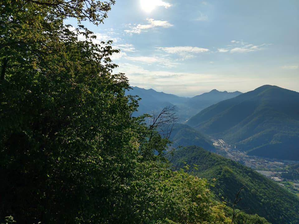 La vegetazione è piuttosto fitta vista la bassa quota ma non mancano interessanti punti panoramici