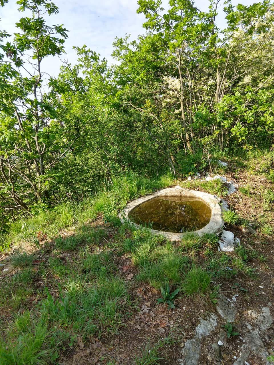 A fianco del sentiero compare questo vecchio e caratteristico abbeveratoio di pietra