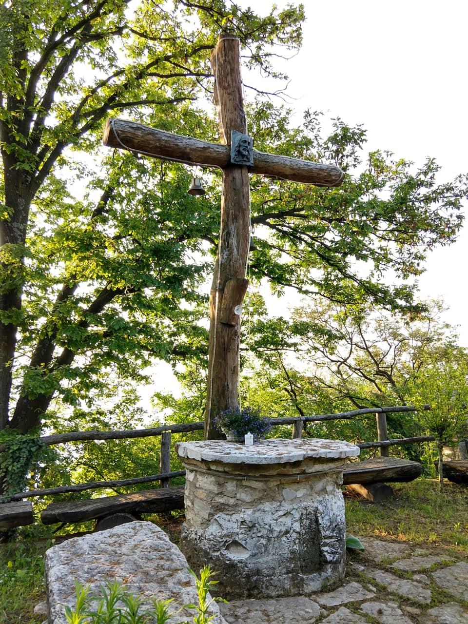 Di fronte alla cascina è presente questa caratteristica Croce in legno ed un altare in pietra