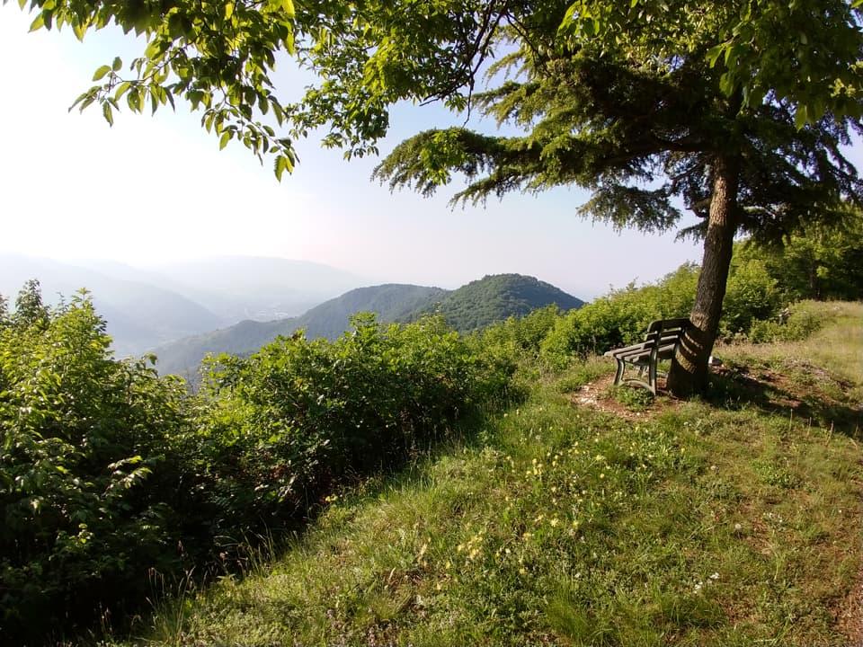 Lungo il percorso che mi condurrà al Monte Magnoli non mancano punti in cui fermarsi per osservare il panorama