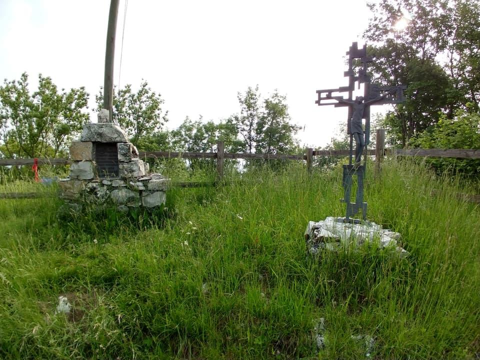 Oltre ai resti delle postazioni dei cannoni sono presenti una Croce ed una targa commemorativa
