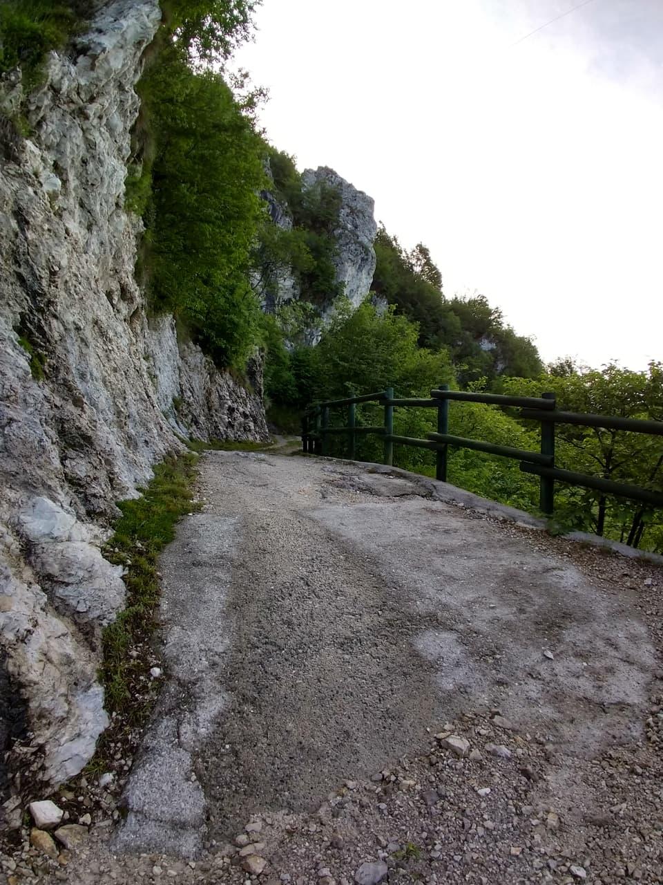 Questo passaggio in località Gromi Alti è davvero molto suggestivo, Sant'Emiliano è ormai a pochi minuti di distanza