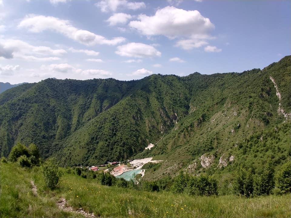 La discesa da Reai verso la Cocca consente di ammirare la suggestiva Valle Duppo