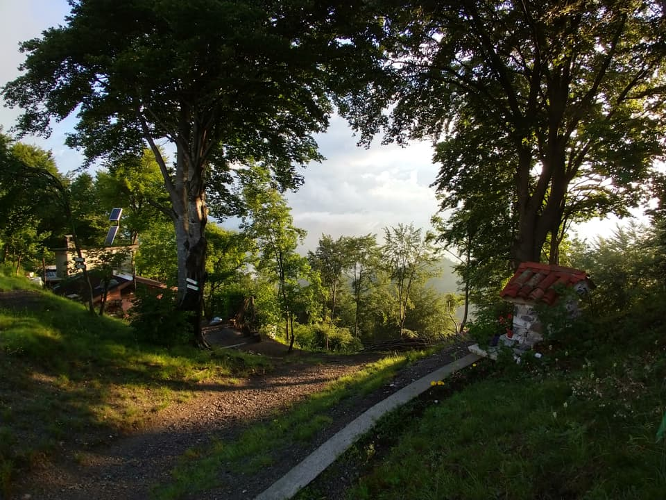 In prossimità del passo è presente una Santella ed una piccola abitazione di montagna
