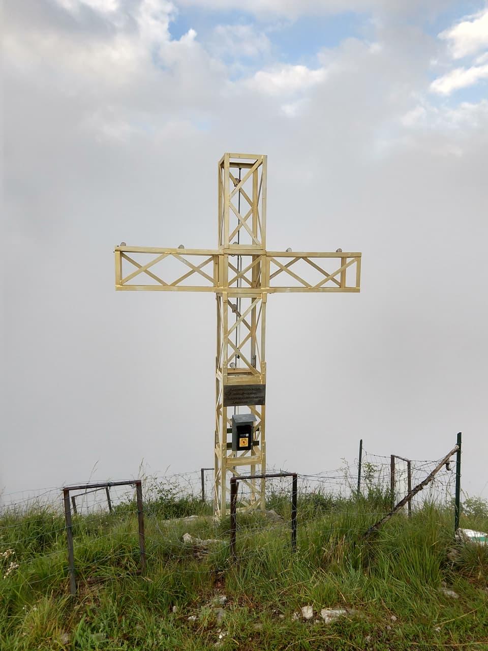 La grande Croce di Vetta presente sulla Corna di Caspai sta per essere avvolta dalla nebbia