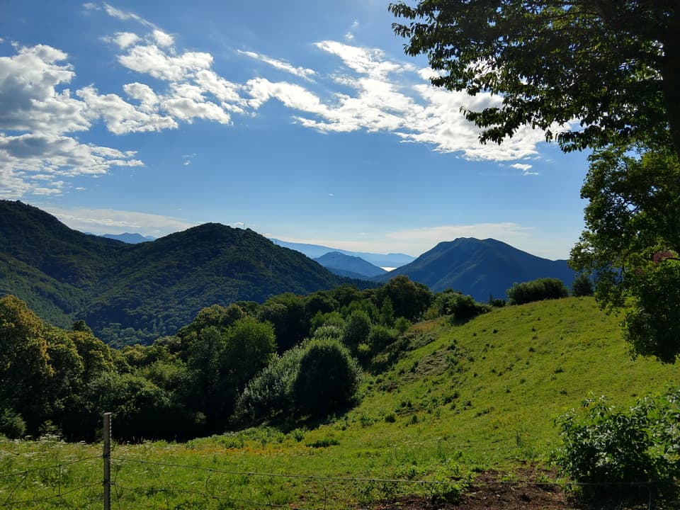 Inaspettatamente è possibile osservare anche il Lago di Garda nonostante la modesta altitudine