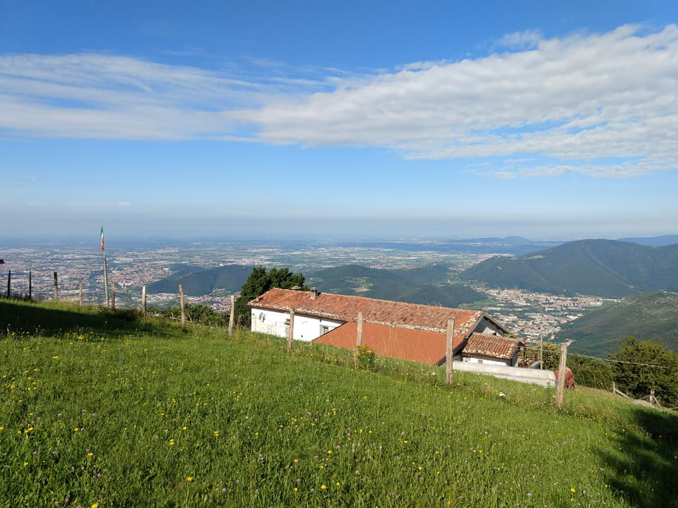 Di fronte al Santuario è possibile osservare la Valle Trompia e l'hinterland della città fino alla bassa bresciana