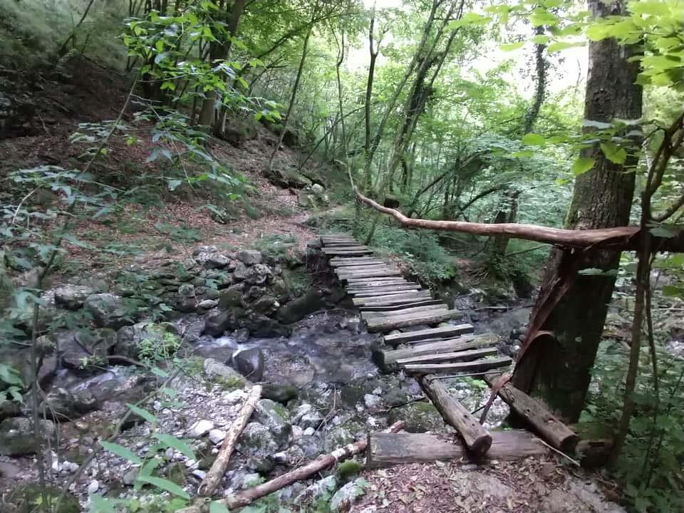 Lungo la Valle della Lana di Inzino si incontrano numerosi attraversamenti del torrente