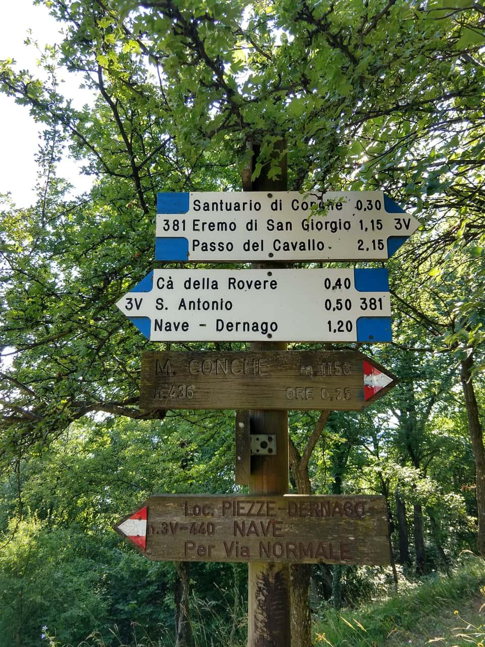 In località Pater si incontrano numerosi sentieri tra cui il famoso 3V che seguirò