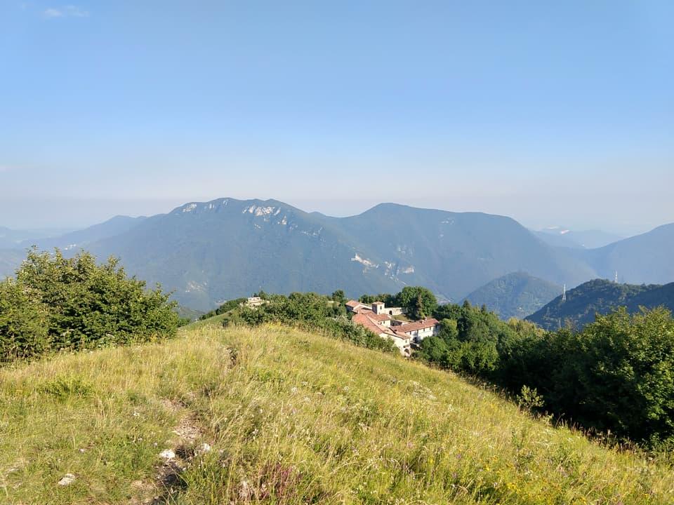 Dalla cima del Monte Conche il Santuario sembra ancora più esteso