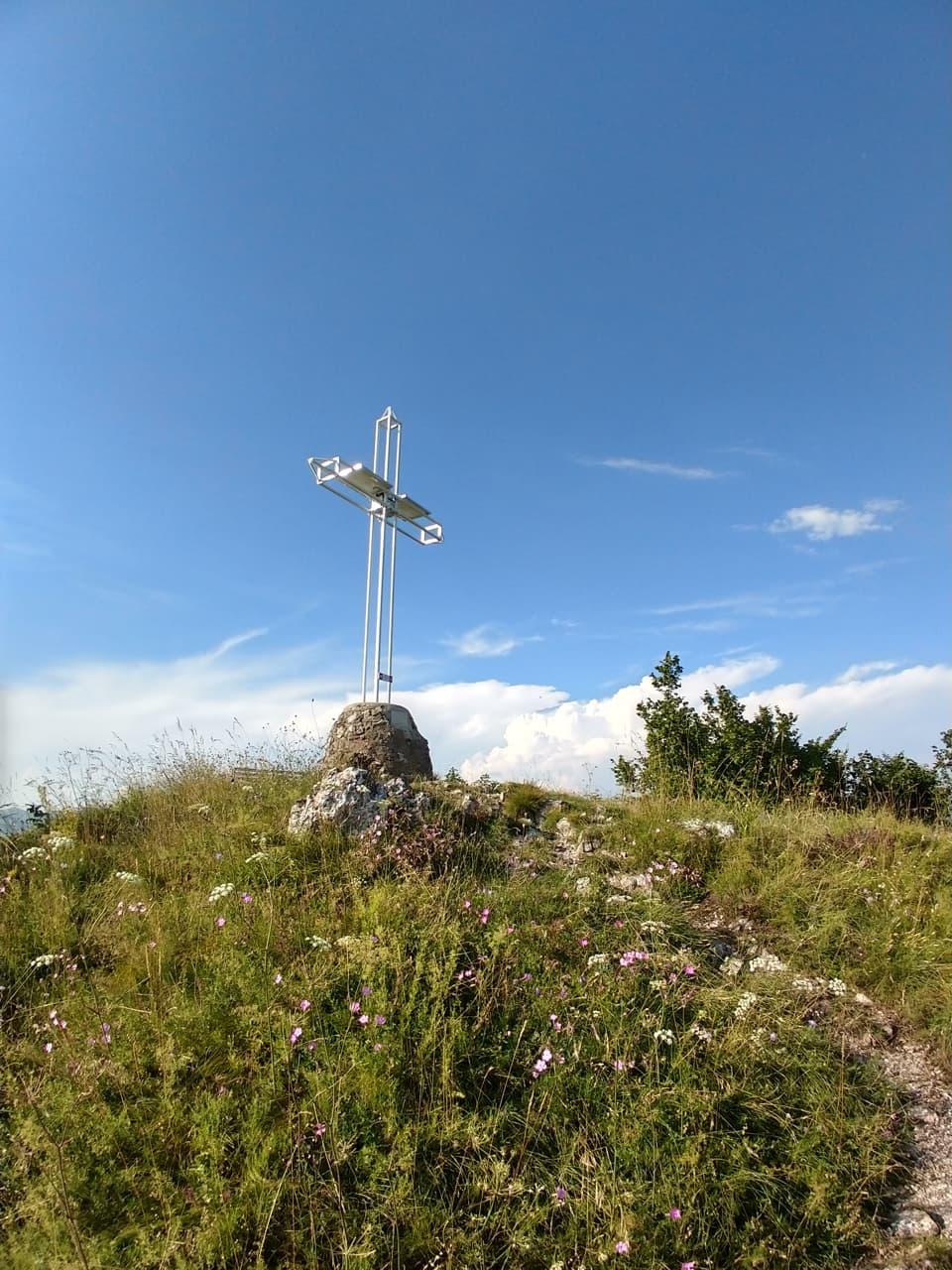 Non può mancare la Croce di vetta che risulta ben visibile dall'abitato della sottostante Lumezzane