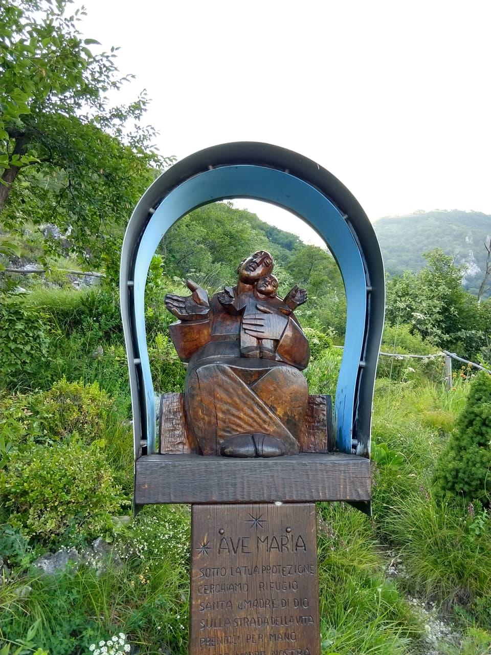Molto caratteristica questa statua dell'Ave Maria che incontro lungo il sentiero di rientro