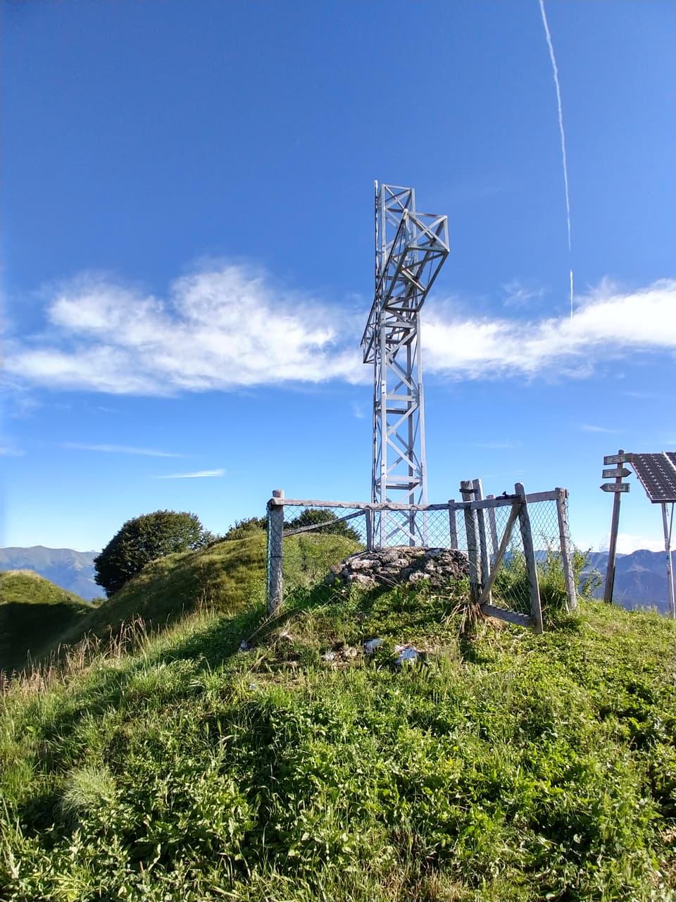Sull'esile cresta del Monte Palo svetta questa bella Croce metallica