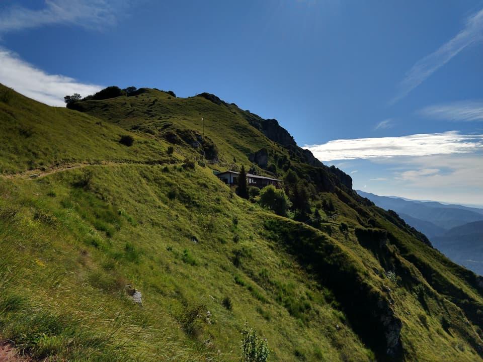 Ed ecco il Rifugio Nasego situato a cavallo tra i due picchi montuosi descritti