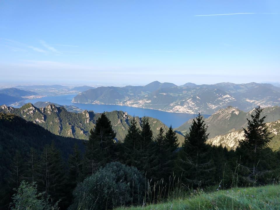 La salita dal versante sebino offre una costante visuale sul lago