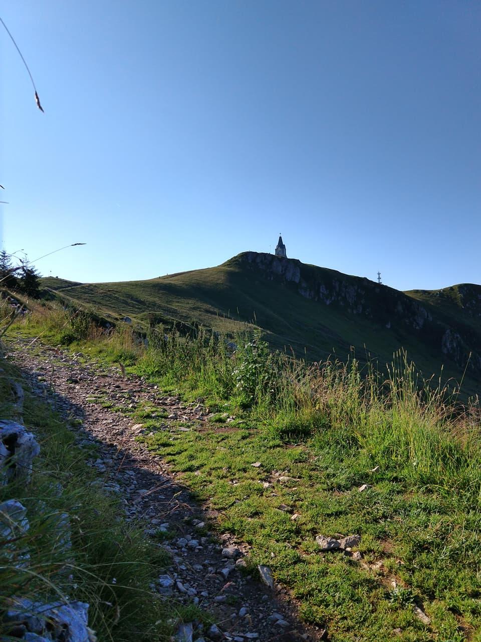 Dal rifugio si raggiunge la vetta lunga un comodo ed ampio sentiero, il monumento ci esorta alla conquista