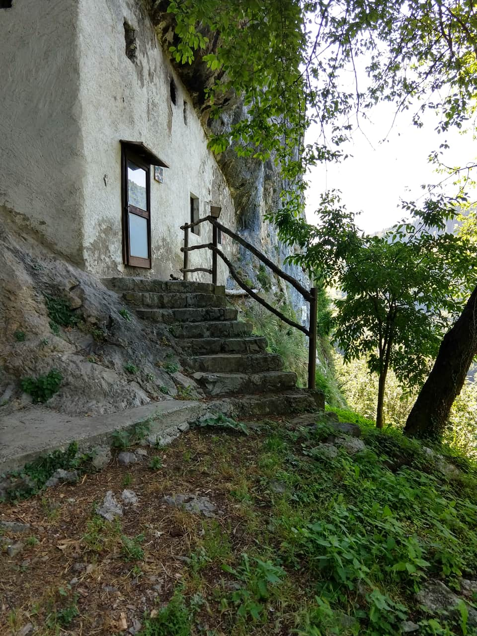 Nei pressi della Corna Frere è presente questa piccola chiesetta scavata nella rocca