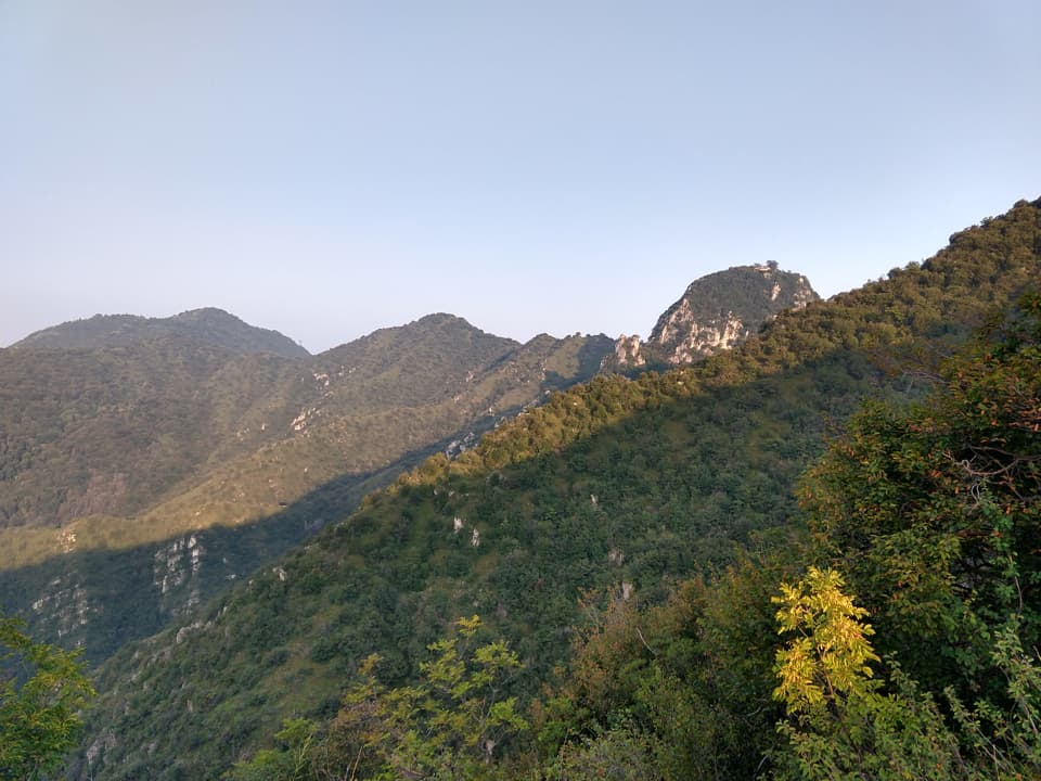 Durante la salita posso già scorgere l'Eremo di San Giorgio in posizione dominante sulla valle
