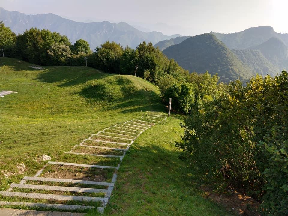 Lungo il bel parco circostante il Santuario di Conche si sviluppa la Via Crucis