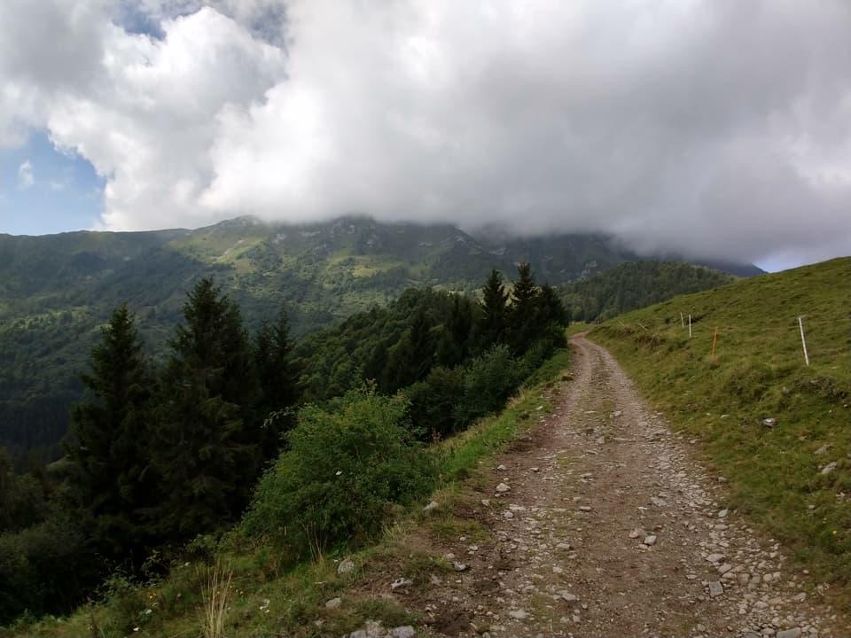 Le nubi ora avvolgono il Monte Guglielmo, un motivo in più per rientrare come da programma