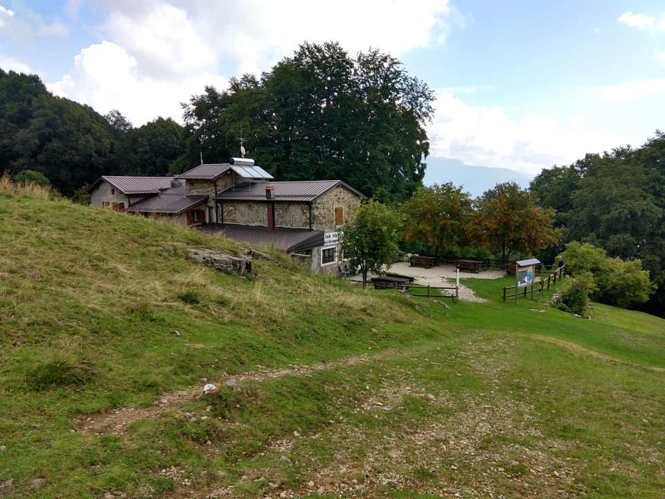 Il rifugio Cai Val Trompia mi attende per un ultima pausa prima di scendere a Pezzoro