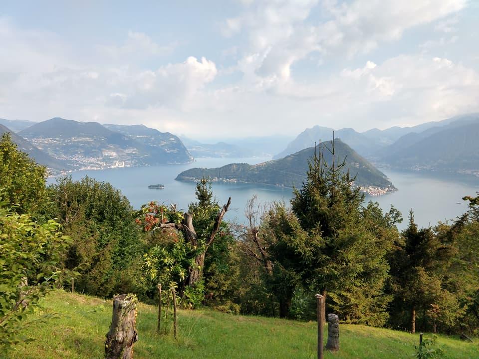 La discesa lungo la Via Valeriana offre una bella vista su Monte Isola