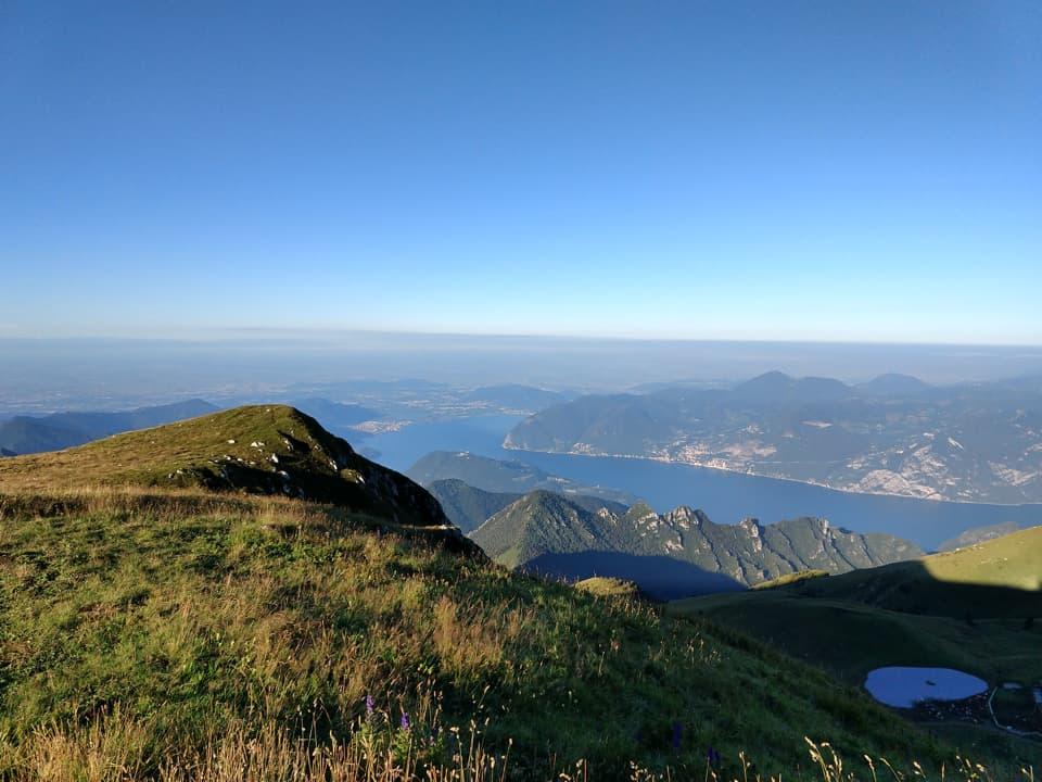 Dalla cima di Castel Bertino mi godo uno splendido cielo blu completamente privo di nuvole
