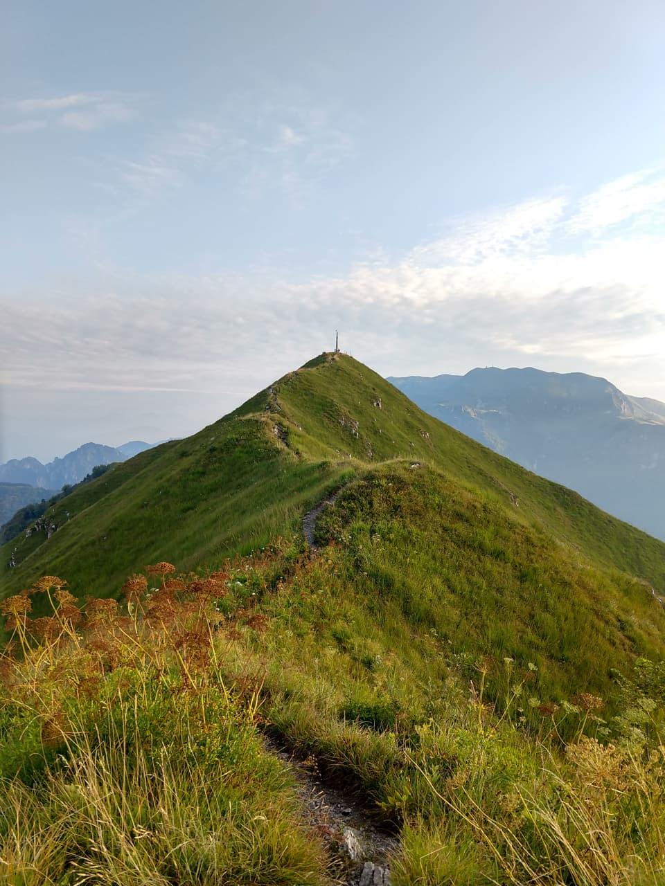 Il tratto finale del sentiero si sviluppa lungo la cresta ed è molto panoramico