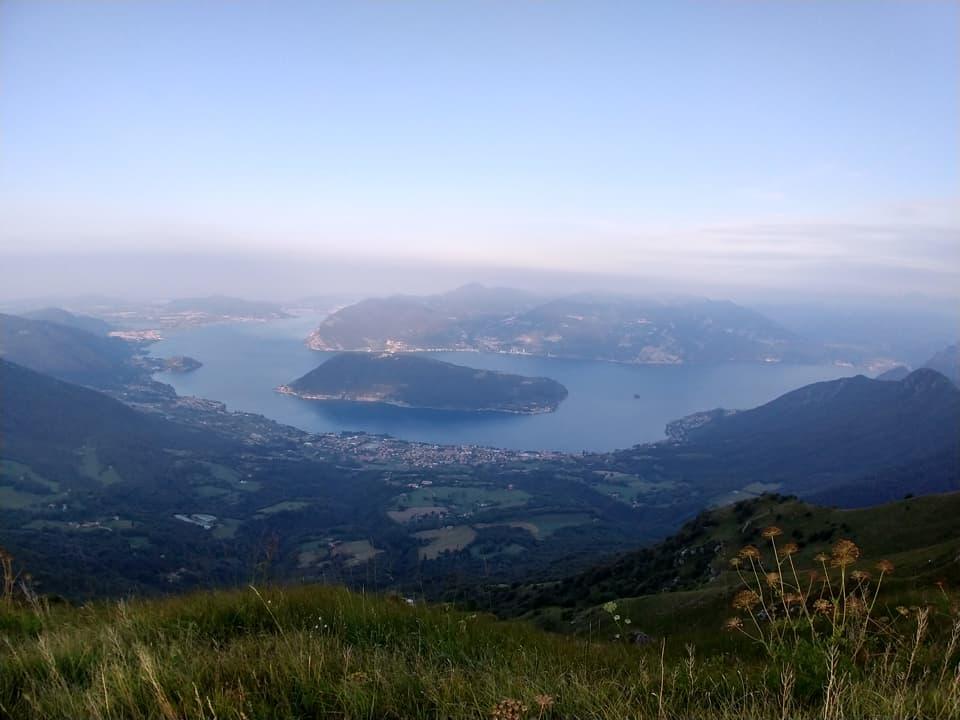 Dall'Almana è possibile godere della migliore visuale sul Lago d'Iseo vista la sua vicinanza