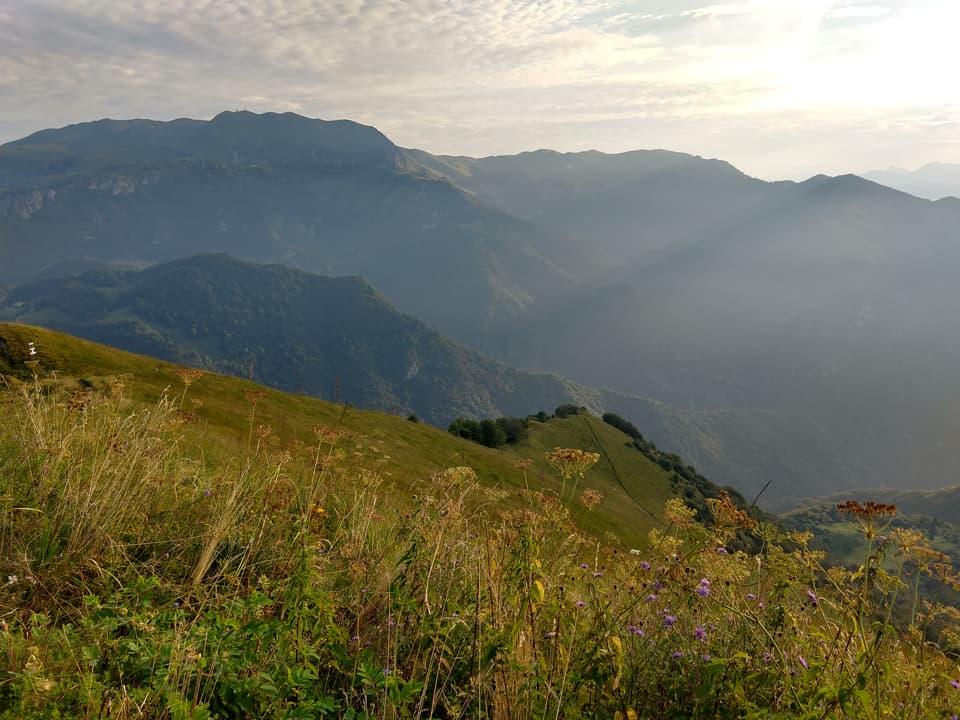 Peccato per il poco tempo a disposizione, il Monte Guglielmo sullo sfondo sembra un invito alla salita