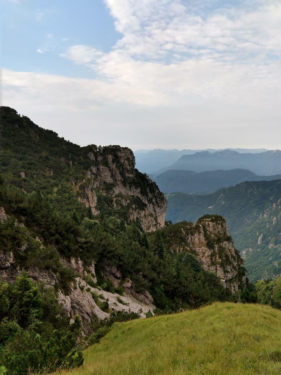 La salita lungo il versante valsabbino attraversa numerose vallette rocciose