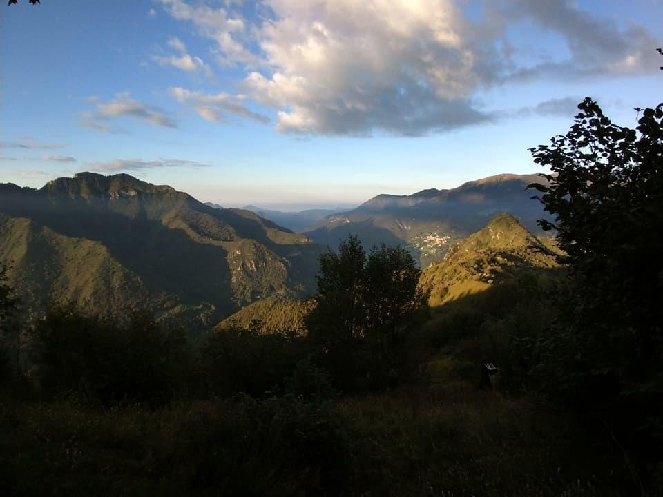 Dalla boscosa cima è comunque possibile godere di un bel panorama sulla Valle Trompia