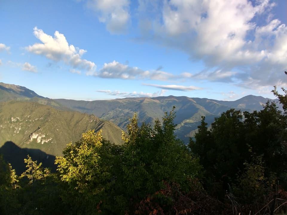 Osservando in direzione opposta è possibile riconosce il Muffetto e le vicine montagne