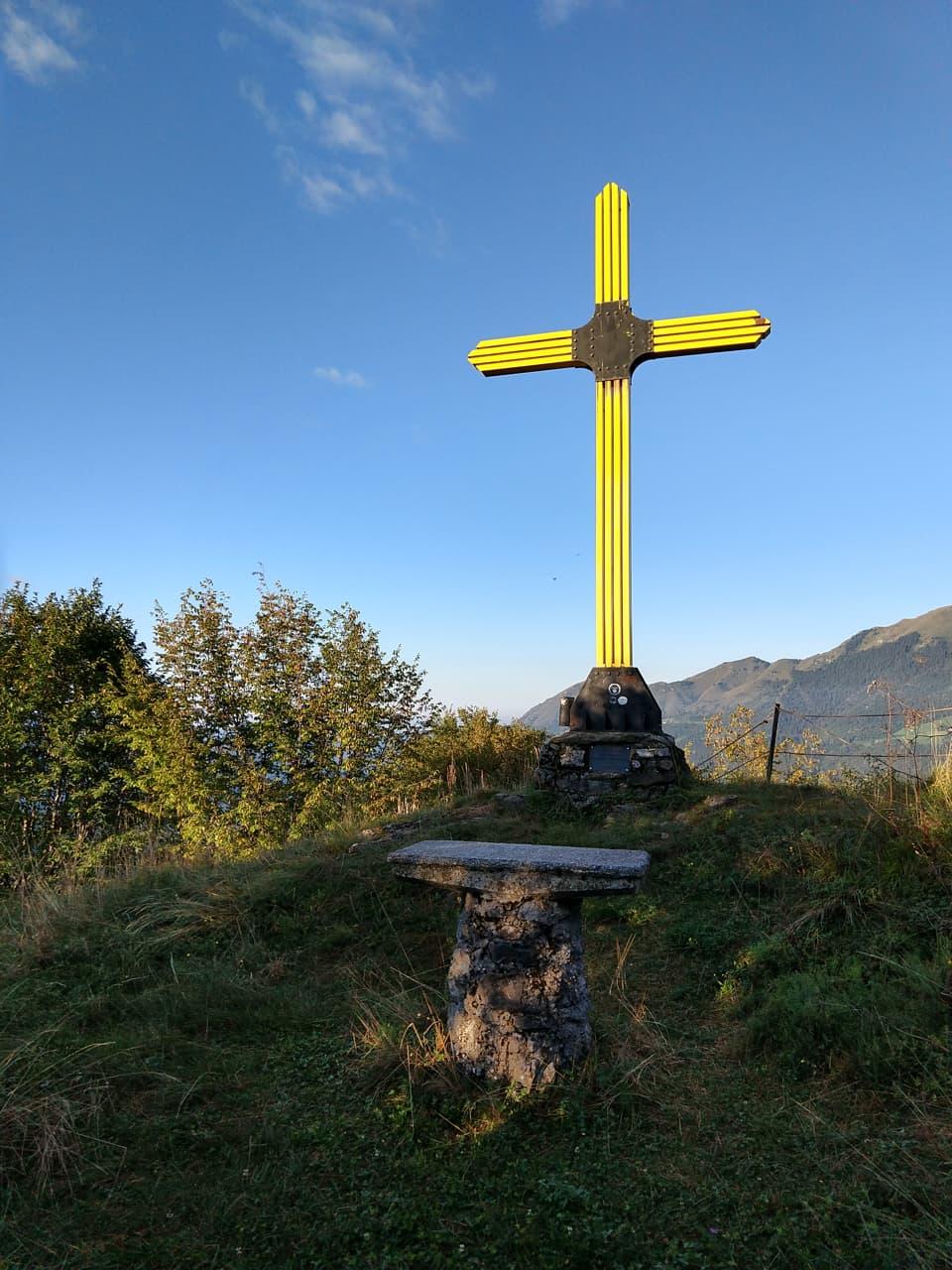 Ed ecco la particolare Croce di vetta di un intenso colore giallo accompagnata da un piccolo altare