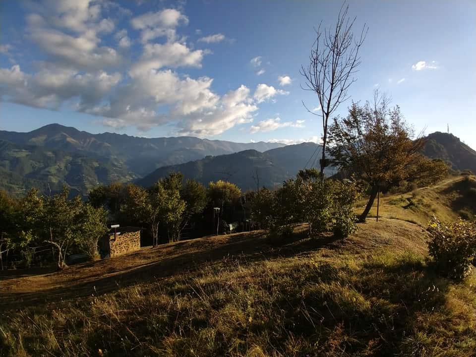 Il sentiero segue la cresta del monte ed attraversa un bel roccolo di caccia