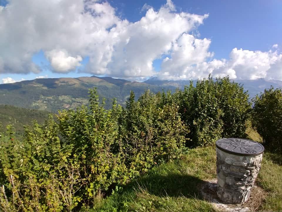 Alcune nuvole sovrastano la catena montuosa che comprende Monte Campione ed il Muffetto
