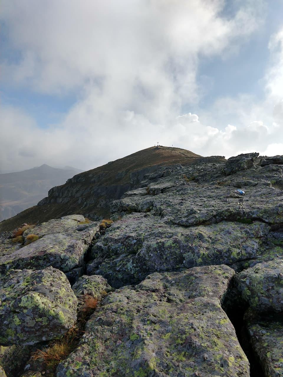 Il sentiero 3V consente di raggiungere la vetta del Monte Colombine, punto più alto della catena
