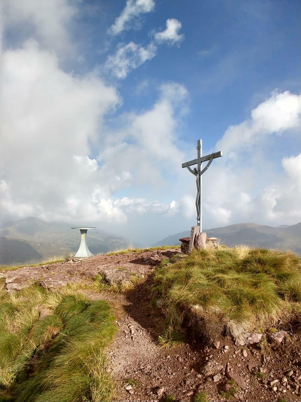 Ad attendermi l'immancabile Croce in metallo e qualche nuvola di troppo, il tempo purtroppo sta peggiorando
