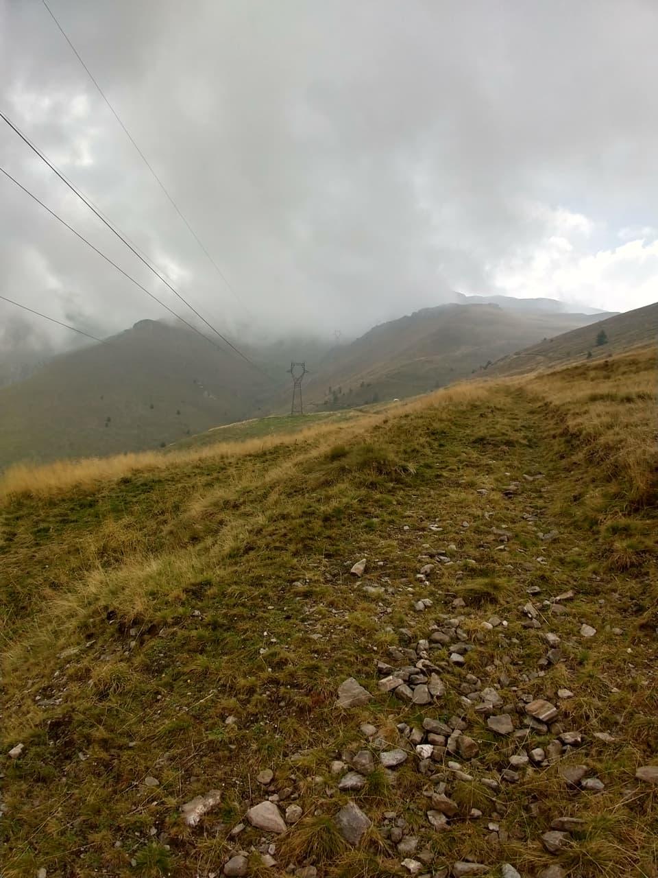 La discesa lungo la Valle di Serramando si sviluppa su ampi prati, paradiso per gli appassionati di sci alpinismo