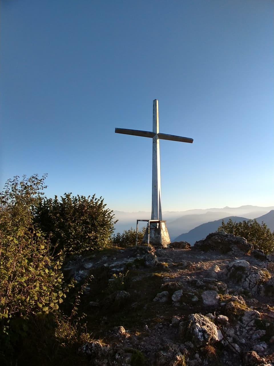 Bellissima anche la Croce di vetta illuminata dal primo sole del mattino
