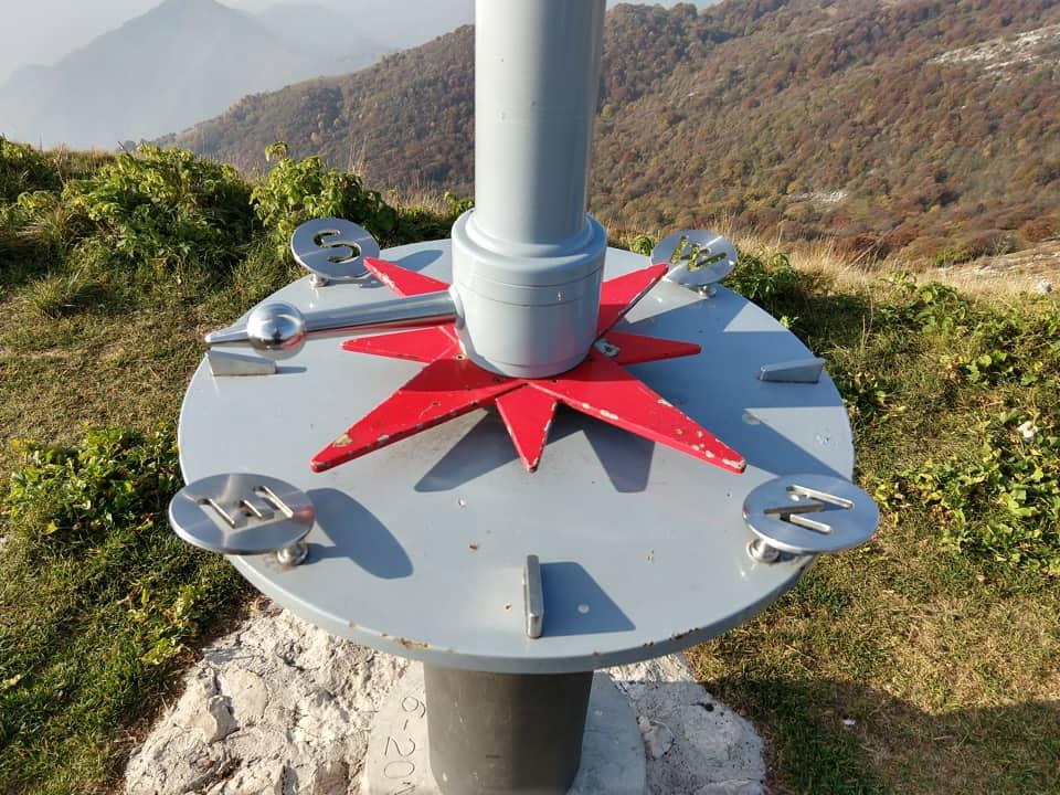 Molto bella questa bussola che ci indica la direzione del vento