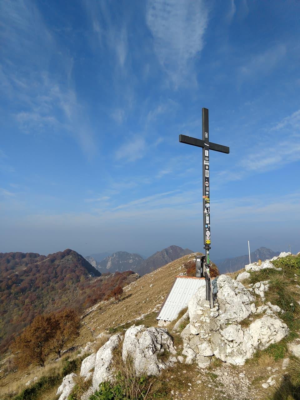 Ecco l'immancabile Croce di vetta e, appena sotto, una piccola chiesetta