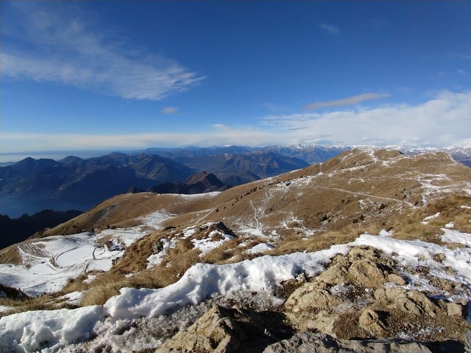Eccomi giunto invetta: la neve conferisce al paesaggio un aspetto per me inedito