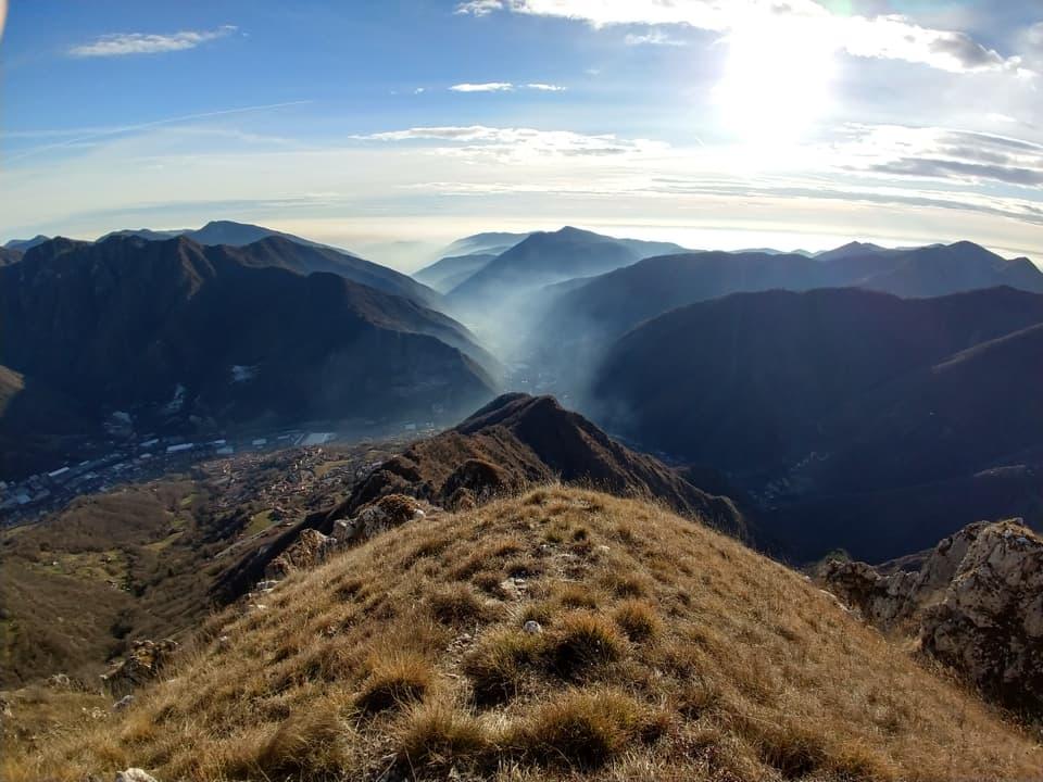 La discesa dai Corni Rossi consente di ammirare la Valle Trompia da questo punto di vista