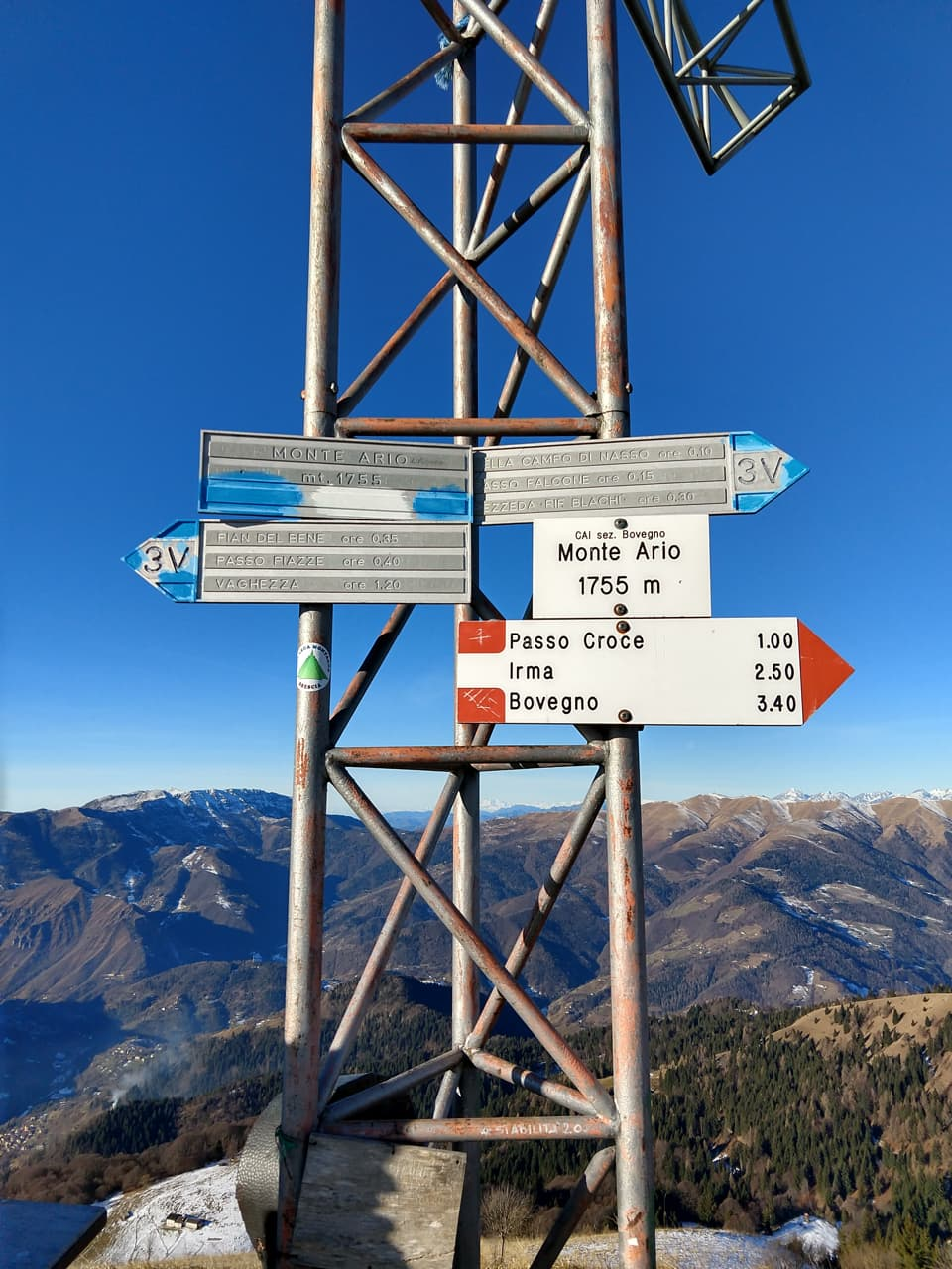 Siamo sul tracciato del sentiero 3V e le indicazioni bianco-blu pertanto non mancano