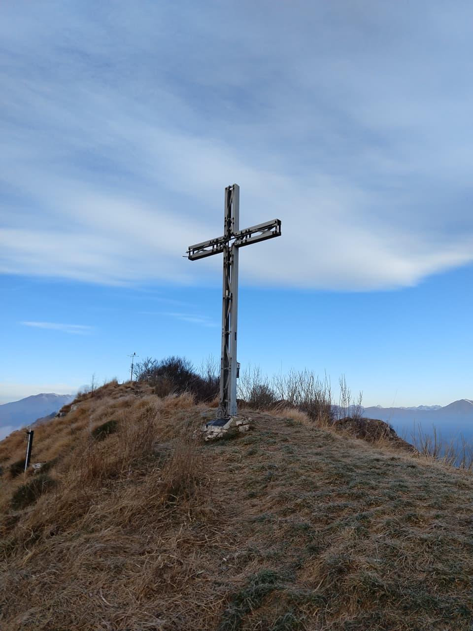 Ecco la croce di vetta della Corna di Savallo, ben visibile dalla Valle Sabbia