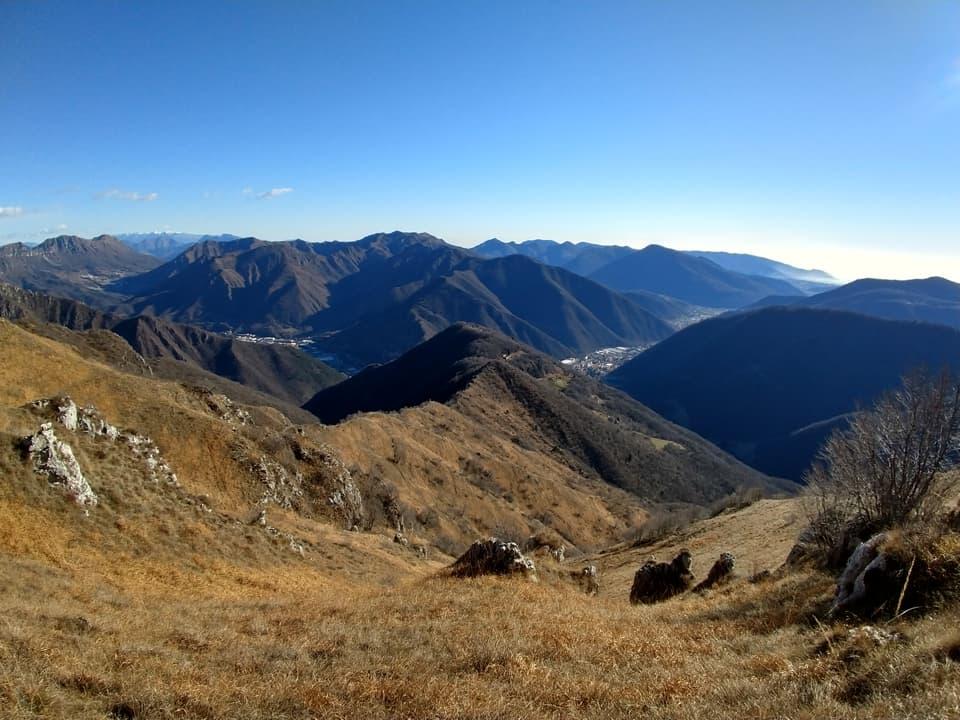 Dal lato opposto troviamo invece la Valle Trompia circondata da innumerevoli montagne