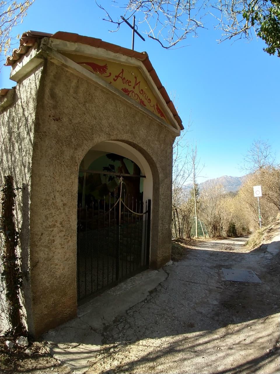 A pochi passi dall'abitato di Lodrino scopro una bella struttura votiva