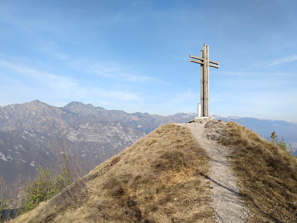 L'imponente Croce di Perlé che ci accoglie sulla vetta dell'omonimo Monte