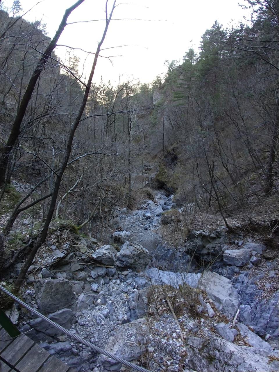 Attraversiamo un ponte lungo sentiero attrezzato delle cascate del Neco